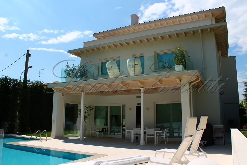 Villa nuova e moderna con piscina studio ziletti for Villa moderna con piscina