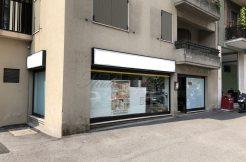 Negozio con ampie vetrine zona via Cremona